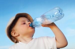 Konsumsi Air Mineral Untuk si Kecil, Berbahayakah_